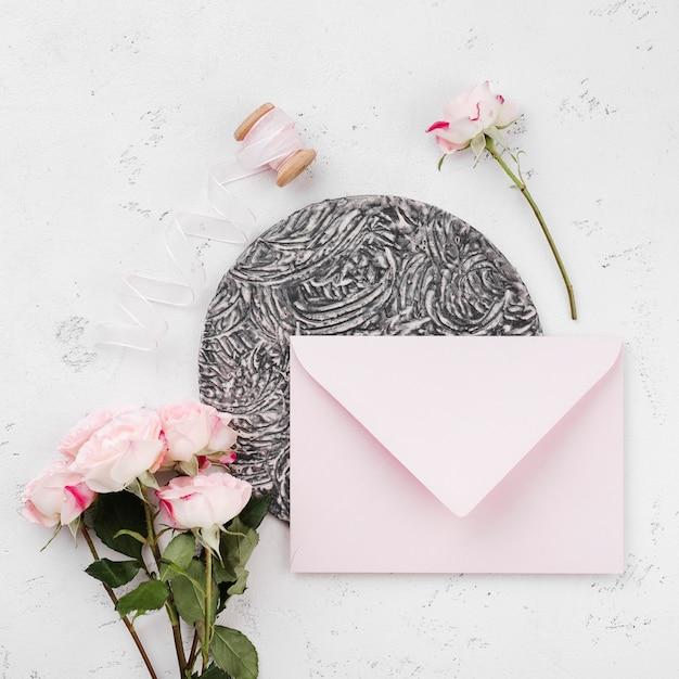 Enveloppe Vue De Dessus Avec Invitation De Mariage Photo gratuit
