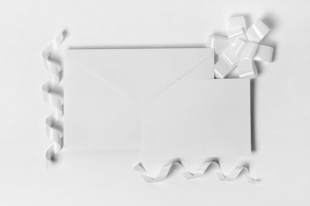 Enveloppe Vue De Dessus Et Rubans Blancs Photo gratuit