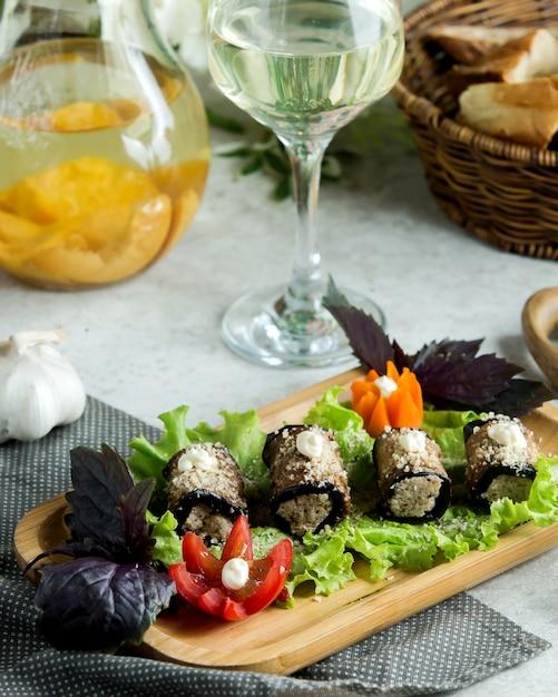 Enveloppements D'aubergine Avec Mélange De Crème Et De Noix Photo gratuit