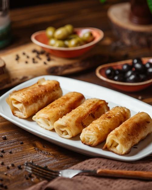 Enveloppements De Viande Frite Comme Plat D'accompagnement Pour Le Dîner Aux Olives Photo gratuit