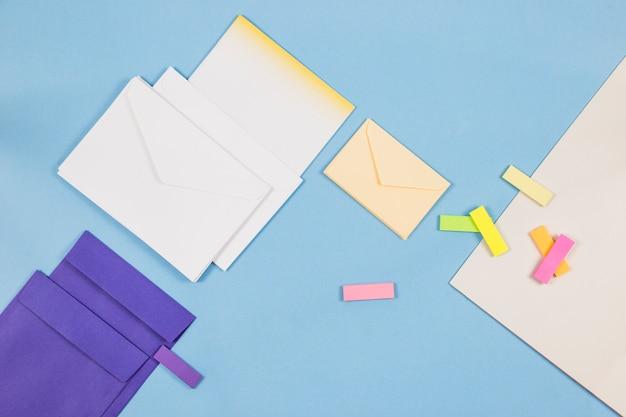 Enveloppes avec des autocollants en papier sur la table Photo gratuit