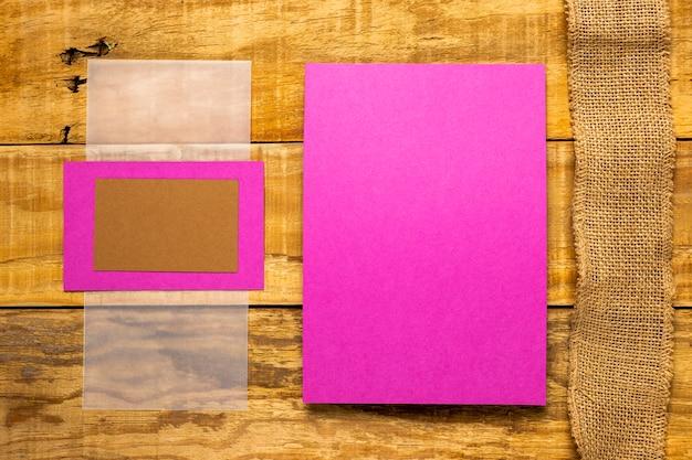 Enveloppes d'invitation roses plates plates Photo gratuit