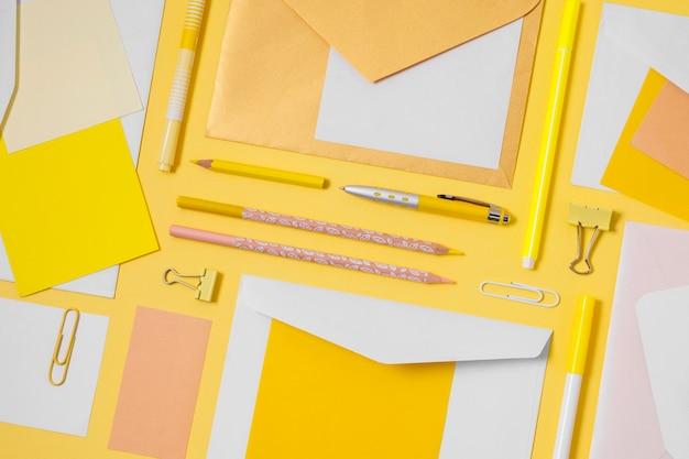 Enveloppes à Plat Et Arrangement De Stylos Photo gratuit