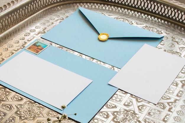 Enveloppes vintage avec timbre en or Photo gratuit