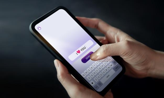 Envoi De Texte Je T'aime à Quelqu'un Via Un Téléphone Portable Photo Premium