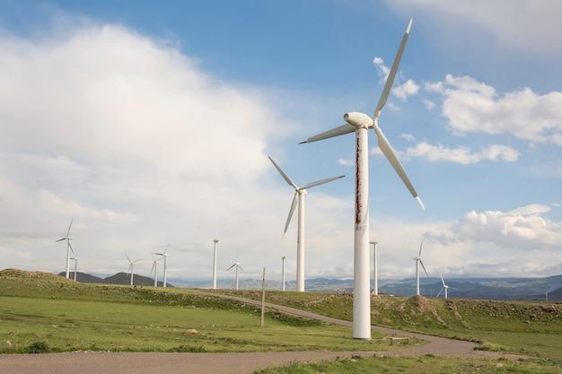 Les éoliennes exploitent une technologie moderne de production d'énergie Photo Premium