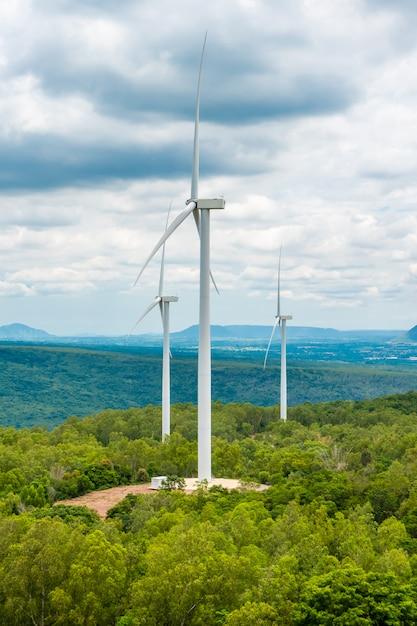 Éoliennes en pleine nature, ciel de gorges et arbres Photo Premium