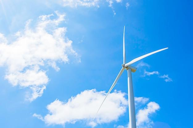 Les éoliennes produisent de l'électricité et le ciel bleu brillant de khao kho à phetchabun en thaïlande. Photo Premium