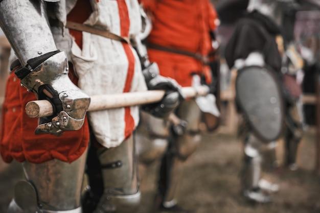 Épée Dans Les Bras Du Chevalier Médiéval Photo Premium