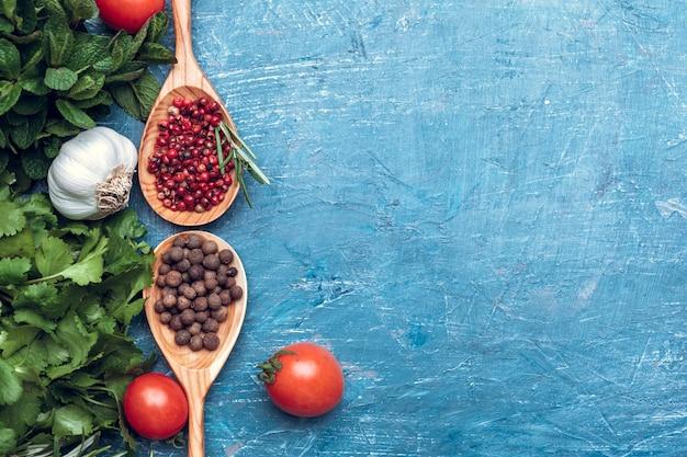 Épice à la cuillère en bois sur la vue de dessus en bois bleue Photo Premium