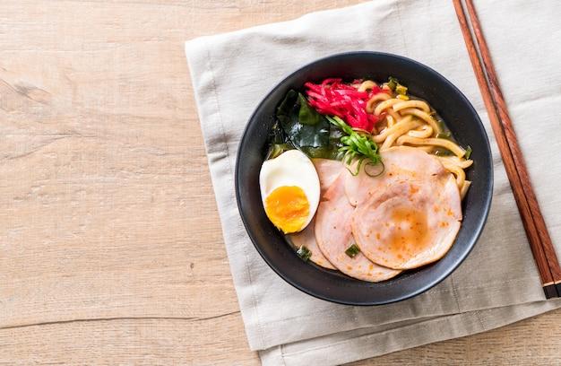 Épicé miso udon ramen nouilles au porc Photo Premium