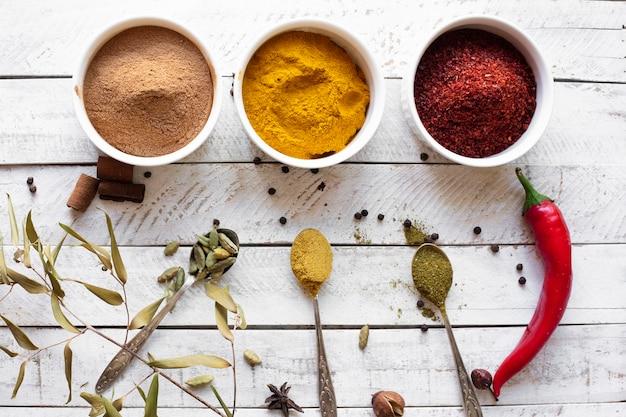 Épices asiatiques aromatiques à plat Photo gratuit
