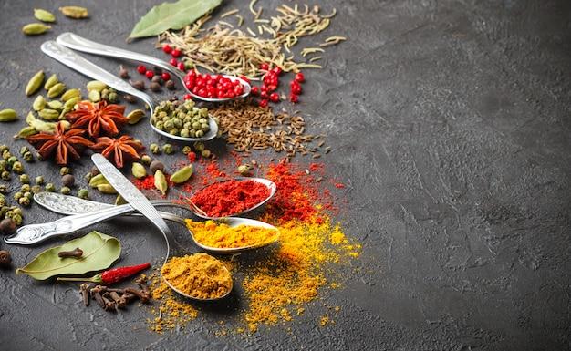 Épices, assaisonnements et herbes naturels Photo Premium