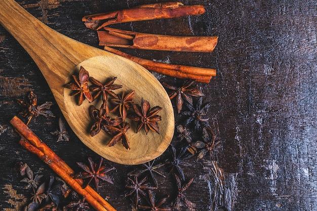 Épices à la cannelle et anis étoilé utilisées en cuisine Photo Premium