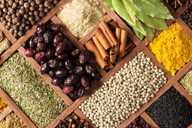 Épices et herbes pour décorer les étiquettes des aliments. assaisonnement en bois Photo Premium