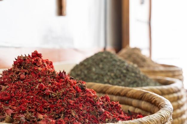 Épices indiennes de couleur sur le marché local. Photo Premium