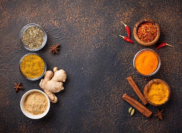 Épices indiennes traditionnelles sur fond rouillé Photo Premium