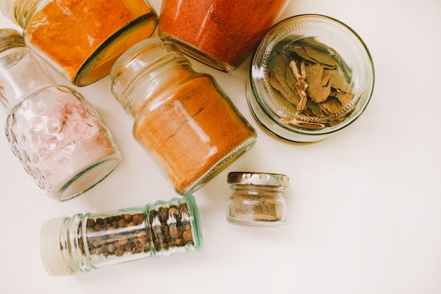 Épices en pots de verre Photo Premium