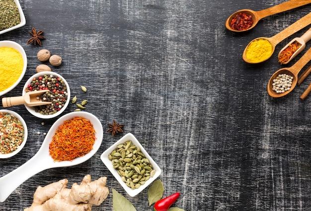 Épices en poudre sur des cuillères sur la table Photo gratuit