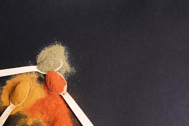 Épices En Poudre Sur Tableau Noir, Vue De Dessus Photo gratuit
