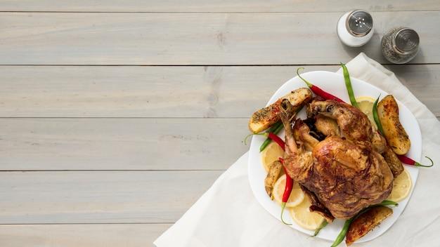 Épices près de délicieux poulet frit Photo gratuit