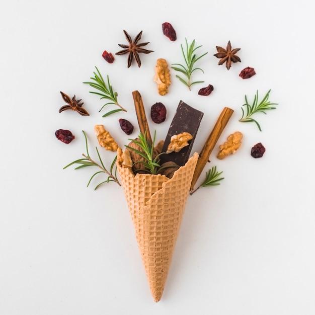 Epices près du cône avec du chocolat Photo gratuit