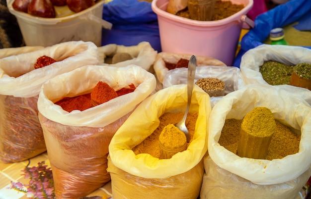 Les épices sont vendues sur le marché géorgien. Photo Premium