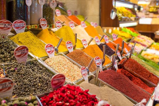 Épices typiques en vente sur les marchés turcs à istanbul Photo Premium