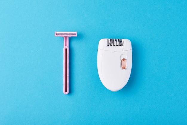 Épilateur et rasoir rasant sur bleu Photo Premium