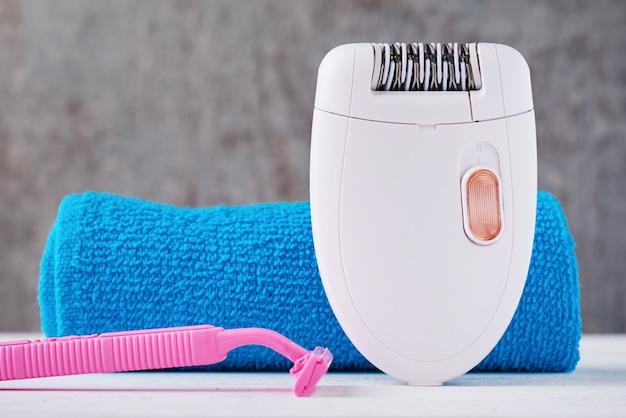 Épilateur, rasoir et serviette de bain Photo Premium