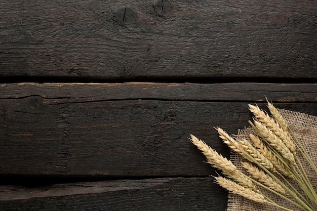 Épillets de blé sur toile de jute sur bois Photo Premium