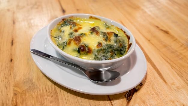 Épinards cuits au four avec du fromage Photo Premium