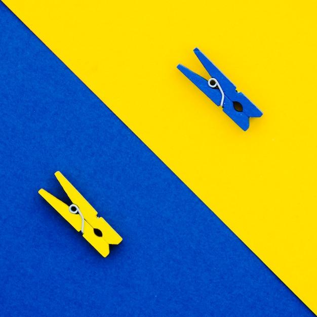 Épingles à linge plates bleues et jaunes Photo gratuit