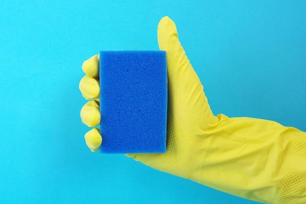 Éponge pour laver la vaisselle à la main dans un gant en caoutchouc jaune Photo Premium