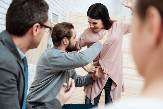Une épouse agressive menace son mari frappé à l'intérieur Photo Premium
