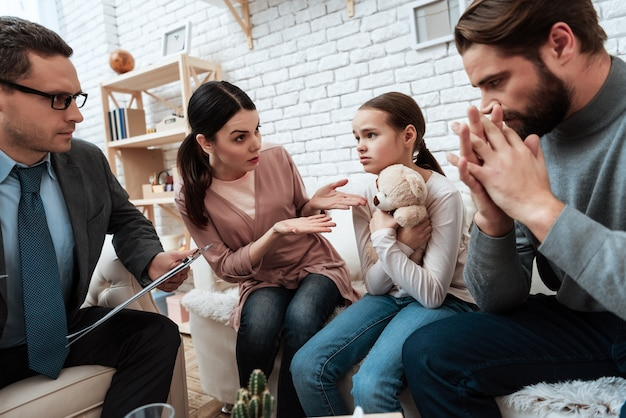L'épouse se plaint chez son mari au bureau du psychologue Photo Premium