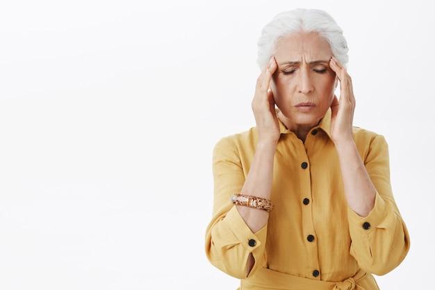 Épuisé, Femme âgée, Toucher La Tête, Se Plaindre De Migraine Photo gratuit