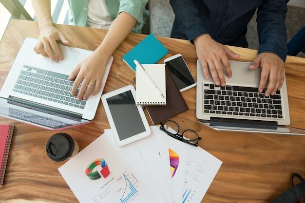 Équipe des activités / analyse de la stratégie marketing avec téléphone intelligent, tablette, ordinateur portable et ordinateur portable. Photo Premium