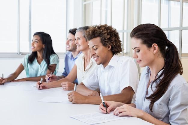 Une équipe d'affaires décontractée prend des notes lors d'une réunion Photo Premium