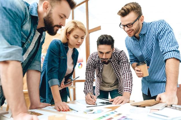 Une équipe d'architectes concepteurs discute d'un projet. Photo Premium