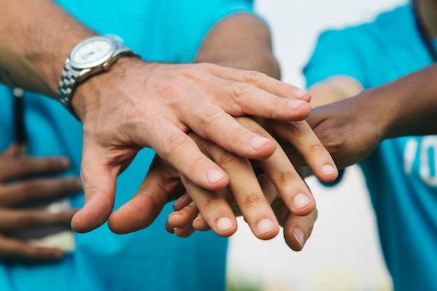 Équipe de bénévoles empilant les mains Photo gratuit