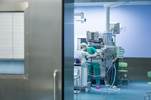 Équipe De Chirurgiens Travaillant à L'hôpital, Salle D'opération Photo Premium