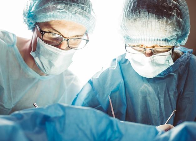 Équipe de chirurgiens travaillant à l'hôpital Photo Premium