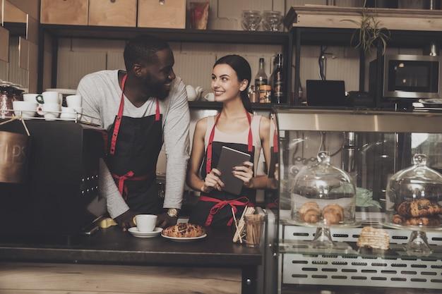 Équipe de client service barista homme et femme Photo Premium