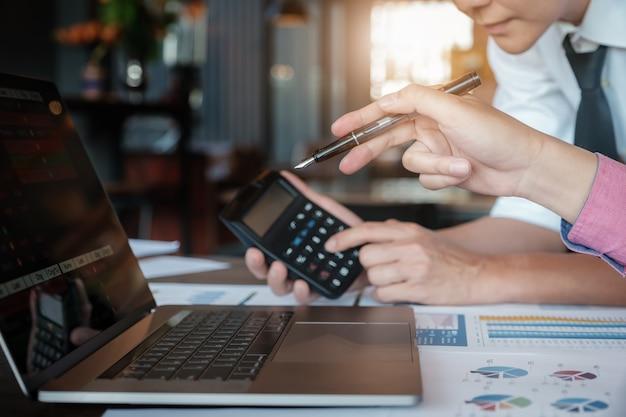 Équipe commerciale analysant les tableaux de revenus et les graphiques Photo Premium