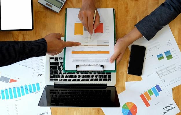 L'équipe commerciale analyse les données du graphique pour présenter les clients au bureau. Photo Premium