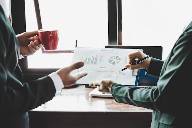 Équipe commerciale analyse des tableaux de revenus et des graphiques. Photo gratuit