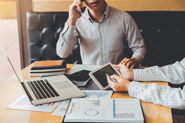 Équipe commerciale investissement entrepreneur trading discuter et analyser graphique négociation boursière, concept de graphique boursier Photo Premium