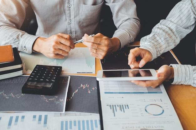Équipe commerciale investissement entrepreneur trading discuter et analyser graphique négociation boursière, graphique boursier Photo Premium