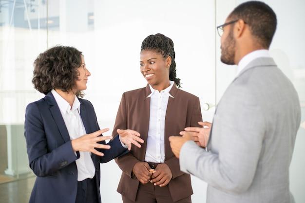 Équipe commerciale multiethnique discutant du projet Photo gratuit